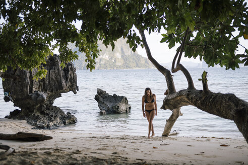 Philippines, Palawan, Cadlao Island, El Nido, Pasandigan Cove, woman at the beach - DAWF00770
