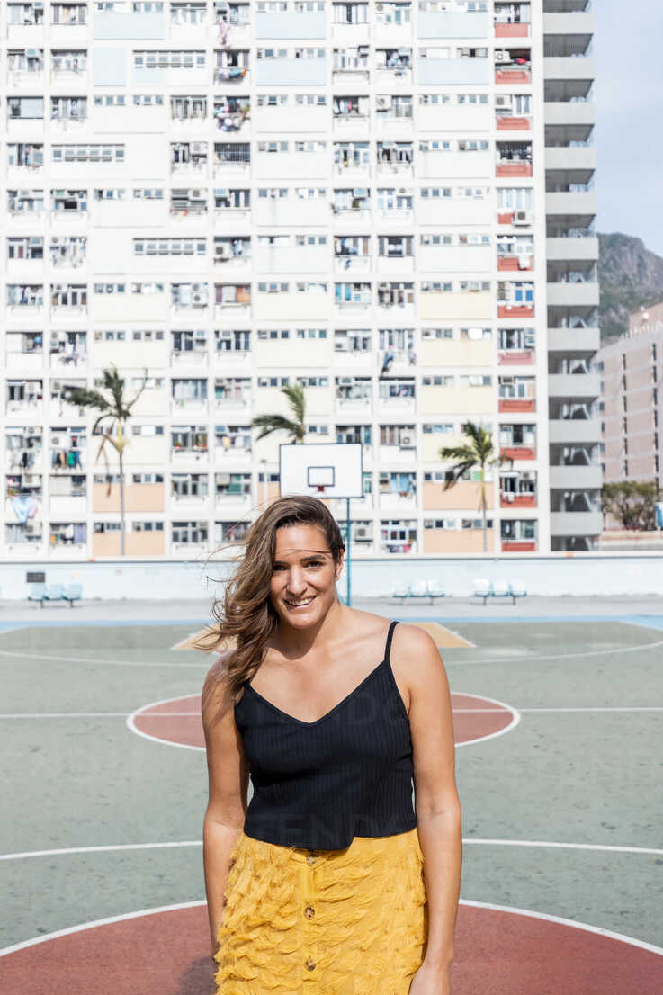 Hong Kong, Choi Hung, portrait of smiling woman at an apartment block - DAWF00794 - Daniel Waschnig Photography/Westend61