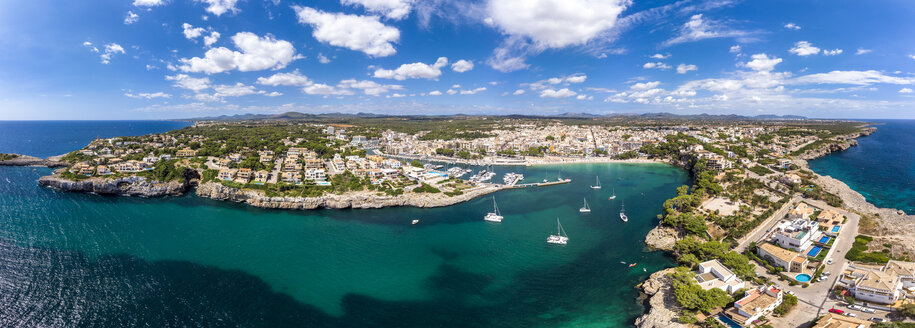 Spain, Baleares, Mallorca, Porto Cristo, Cala Manacor, coast with villas and natural harbour - AMF06439