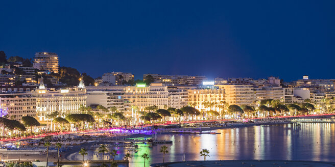 France, Provence-Alpes-Cote d'Azur, Cannes, Croisette, Boulevard de la Croisette in the evening - WDF04926