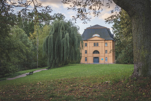 Germany, Weimar, Ilmpark, view to Reithaus - KEBF01021