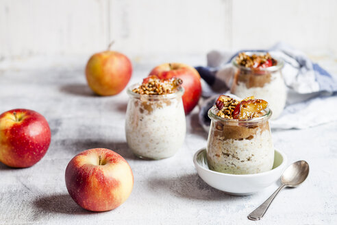 Apple pie overnight oats with caramelized apples and hazelnuts - SBDF03872