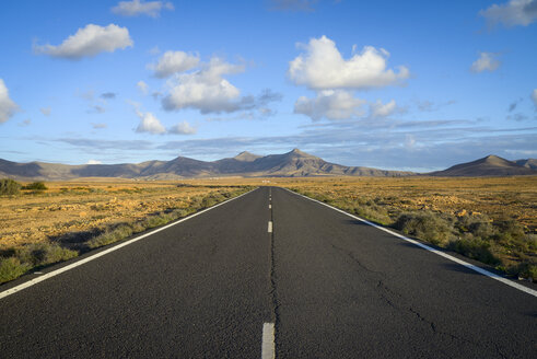 Spain, Canary Islands, Fuerteventura, landscape with empty country road - RJF00812