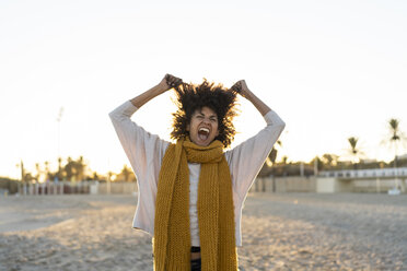 Woman standing on the beach, screaming, pulling her hair - AFVF02162