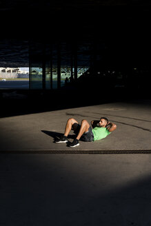 Sportive man during workout, sit-up - MAUF01977