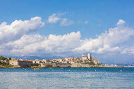 France, Provence-Alpes-Cote d'Azur, Antibes, Old town with Chateau Grimaldi, city wall - WDF04966