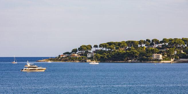 France, Provence-Alpes-Cote d'Azur, Antibes, Peninsula Cap d'Antibes, motor yachts - WDF04969