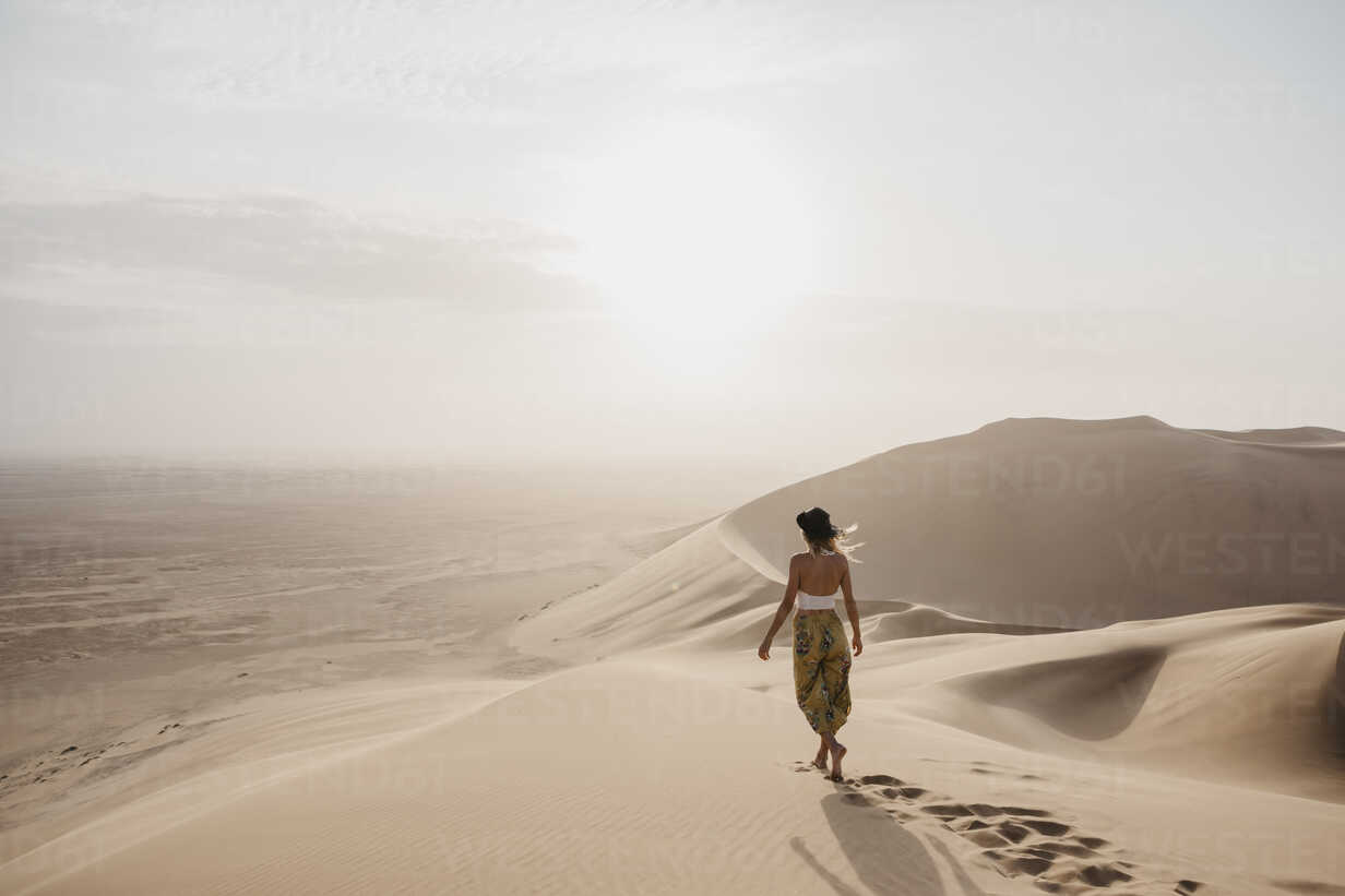 Namibia, Namib, back view of woman walking barefoot on desert dune - LHPF00260 - letizia haessig photography/Westend61