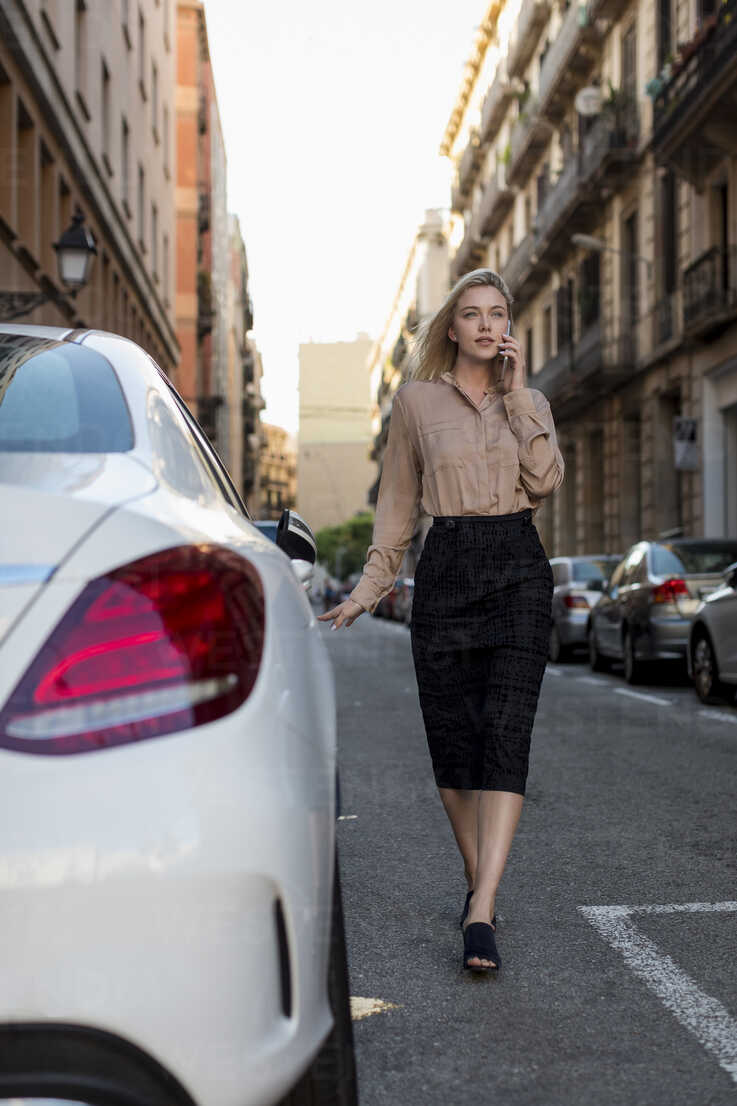Young businesswoman on cell phone in the city on the go - MAUF02106 - Mauro Grigollo/Westend61