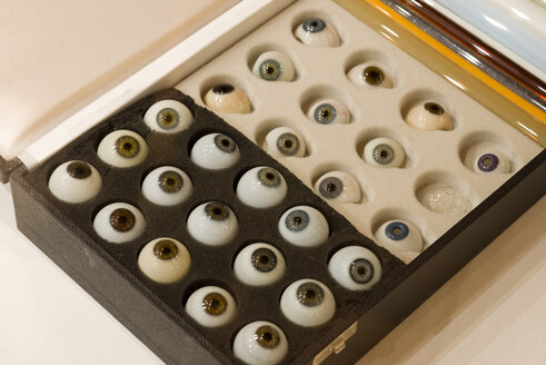 Collection of glass eyes - KLR00782
