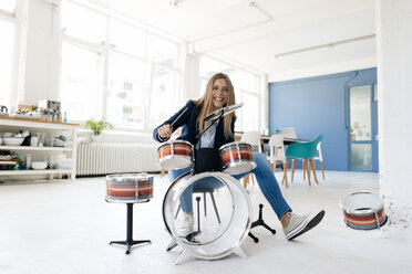 Young businesswoman playing percussion - GUSF01758