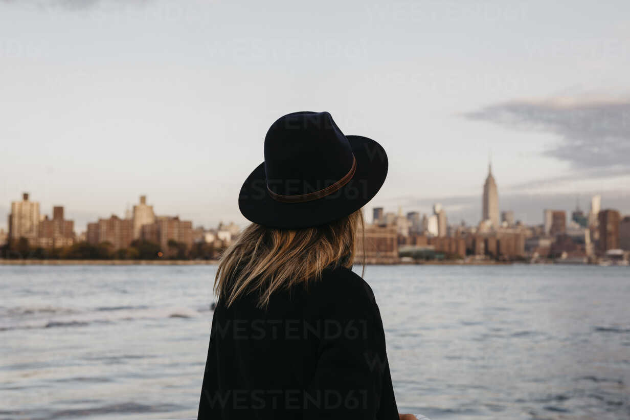 USA, New York, New York City, Brooklyn, woman with hat - LHPF00329 - letizia haessig photography/Westend61