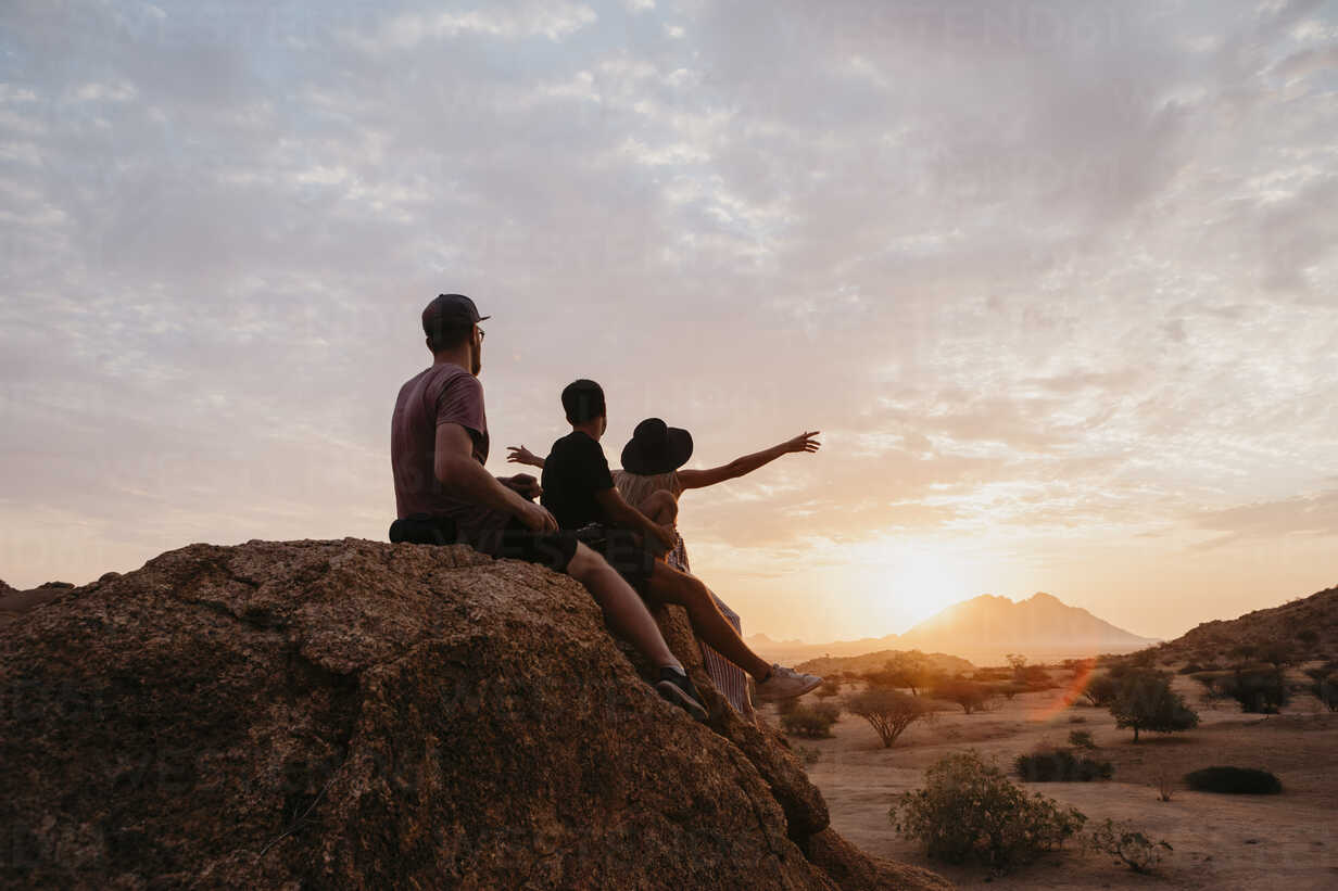 Namibia, Spitzkoppe, friends sitting on a rock watching the sunset - LHPF00370 - letizia haessig photography/Westend61