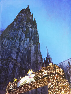 Germany, Cologne, Kölner Dom and Christmas market on Roncalliplatz - GWF05754