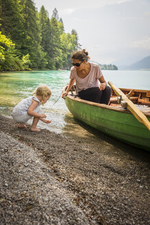 Austria, Carinthia, Weissensee, mother in rowing boat with daughter at the lakeside - AIF00565