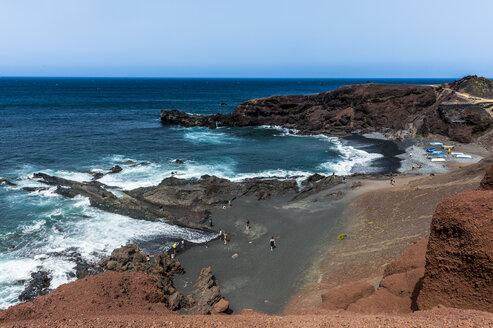 Spain, Canary Islands, Lanzarote, El Golfo, view to bay - RUNF00590