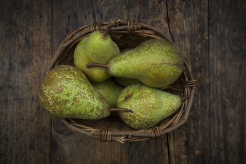 Organic pears 'Conference' in wickerbasket - LVF07639