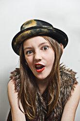 Porträt mit Hut eines frechen, jungen Mädchen. - VWF00012