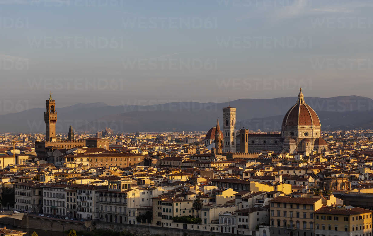 Italy, Florence, cityscape in the morning light - MRAF00364 - Michela Ravasio/Westend61