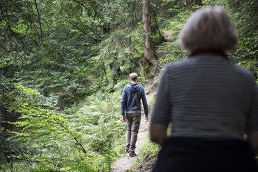 Mutter und Sohn wandern im Kaisergebirge, Karspitze, Rettenschöss, Österreich - MAMF00277