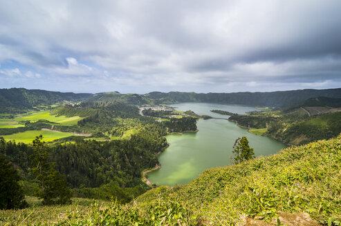 Portugal, Azores, Sao Miguel, Lagoa das Sete Cidades - RUNF00814