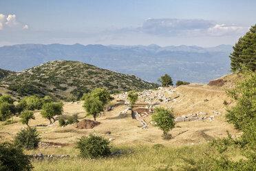 antike Ausgrabungsstätte unterhalb des Berggipfels Profitis Ilias, Lykaion, Arkadien, Peloponnes, Griechenland - MAMF00324