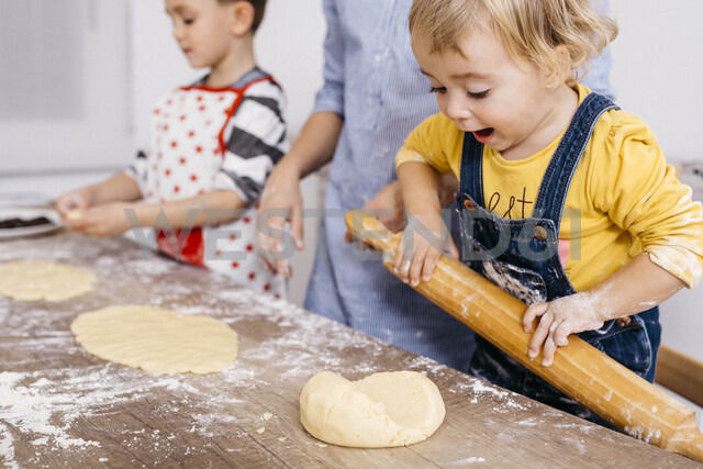 Excited toddler girl rolling out dough with wooden rolling pin - JRFF02348 - Josep Rovirosa/Westend61