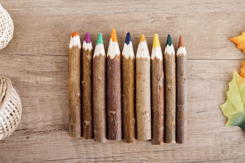 Wooden coloured pencils in a row - JRFF02364