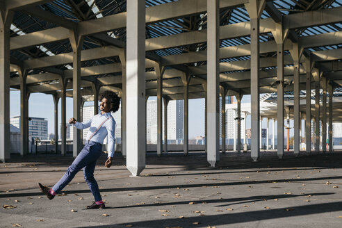 Spain, Barcelona, happy man dancing in the city - JRFF02427