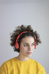 Portrait of woman wearing headphones looking sideways - JOSF02739