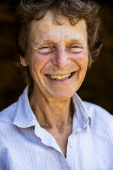 Portrait of smiling senior woman, looking at camera. - MINF09840