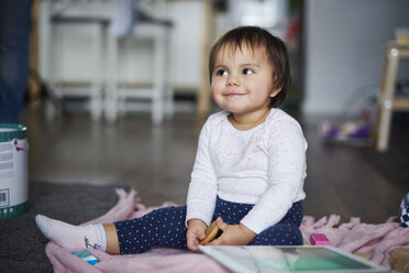 Cute baby girl sitting on the floor at home - ABIF01122