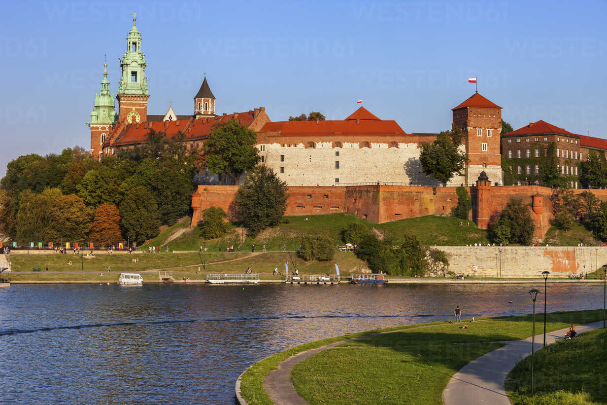 Poland, Krakow, Wawel Castle on Wawel Hill at the Vistula River - ABOF00387 - Artur Bogacki/Westend61