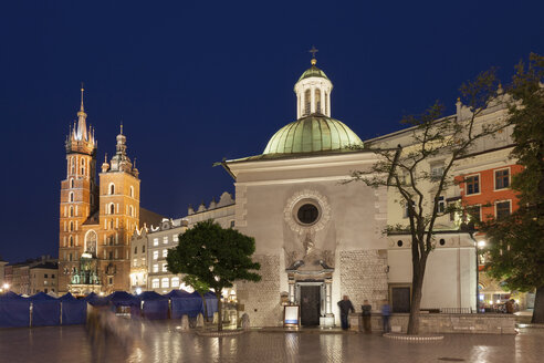 Poland, Krakow, city at night, St. Adalbert Church and St. Mary's Basilica in the Old Town - ABOF00390