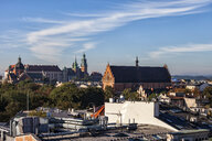 Poland, Krakow, historic city center cityscape with Wawel Castle and Holy Trinity Church - ABOF00399