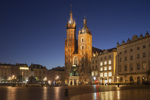 Poland, Krakow, Old Town, city skyline with St. Mary's Basilica at night - ABOF00405