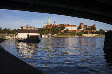 Poland, Krakow, view to Wawel Castle from under the bridge on Vistula River - ABOF00414