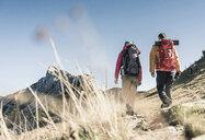 Austria, Tyrol, couple hiking in the mountains - UUF16368