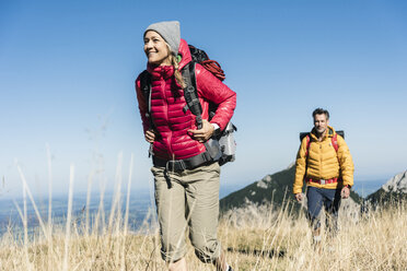 Austria, Tyrol, couple hiking in the mountains - UUF16377