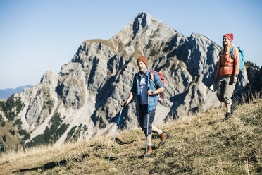 Austria, Tyrol, couple hiking in the mountains - UUF16407