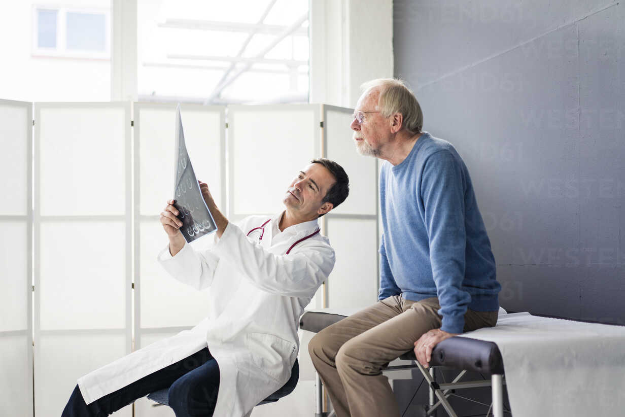 Doctor discussing MRT image with patient in medical practice - JOSF02812 - Joseffson/Westend61