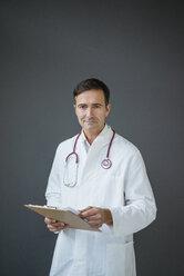Deutschland, Essen, Studio, Mann, 49 Jahre, Arzt, Medizin, Praxis, Doktor - JOSF02842
