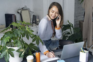 Young businesswoman working from home, talking on the phone - ERRF00618