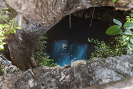 Mexiko, Yucatan, man swimming in a cenote - MMAF00759
