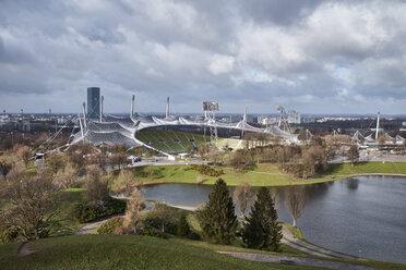 Deutschland, Bayern, München, der Olympiapark mit dem 1972 erbauten Olympiastadion - ELF02001