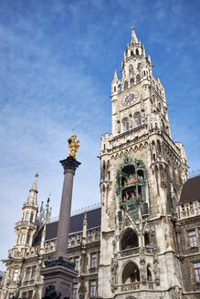 Germany, Bavaria, Munich, bell tower of the new city hall with the Marian Column on Marienplatz - ELF02004