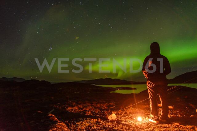 Man watching aurora borealis, Narsaq, Vestgronland, Greenland - CUF47019 - Alex Eggermont/Westend61