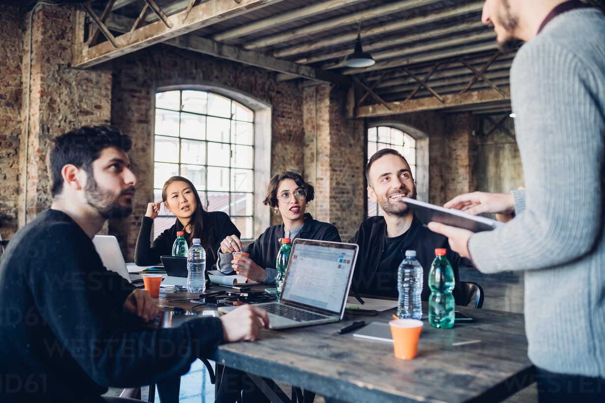 Designers having meeting in studio - CUF47220 - Eugenio Marongiu/Westend61