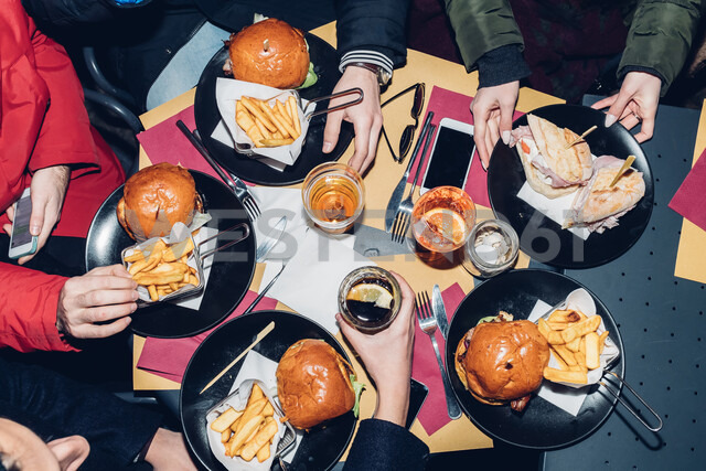 Table of burger and chips meal - CUF47244 - Eugenio Marongiu/Westend61