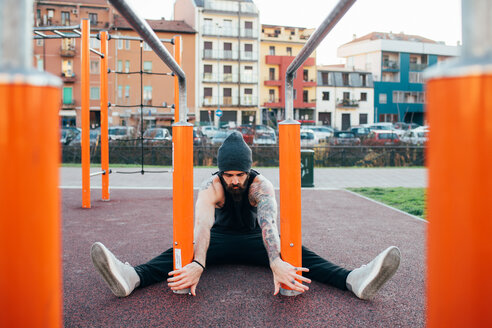 Man using parallel bars in outdoor gym - CUF47382